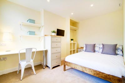 Very bright double bedroom close to The University of Nottingham - Jubilee Campus  - Gallery -  1