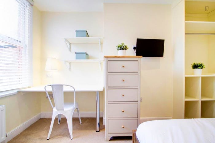 Very bright double bedroom close to The University of Nottingham - Jubilee Campus  - Gallery -  2