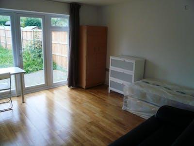Twin bedroom in the Brent area  - Gallery -  1