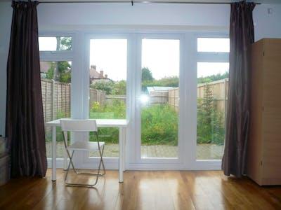 Twin bedroom in the Brent area  - Gallery -  3