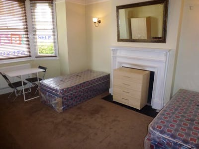 Twin bedroom in a 7-bedroom house, in West Acton  - Gallery -  1