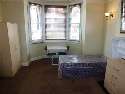 Twin bedroom in a 7-bedroom house, in West Acton  - Gallery -  3