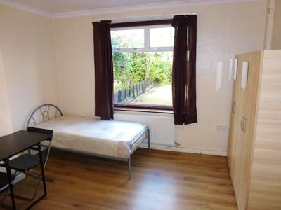 Twin bedroom near East Acton tube station  - Gallery -  2