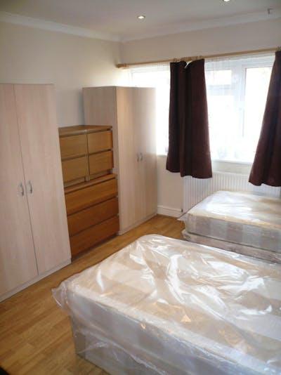 Twin bedroom in East Acton  - Gallery -  2