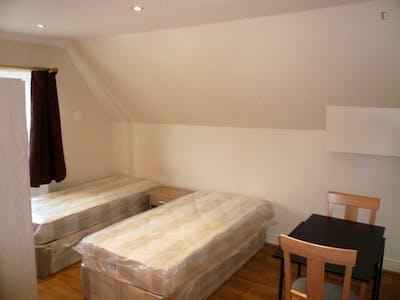 Twin bedroom in East Acton  - Gallery -  1