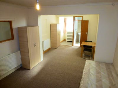 Twin ensuite bedroom close to the East Acton tube station  - Gallery -  1