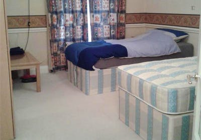 Twin bedroom in a 3-bedroom flat, in Hammersmith  - Gallery -  1