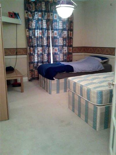 Twin bedroom in a 3-bedroom flat, in Hammersmith  - Gallery -  2