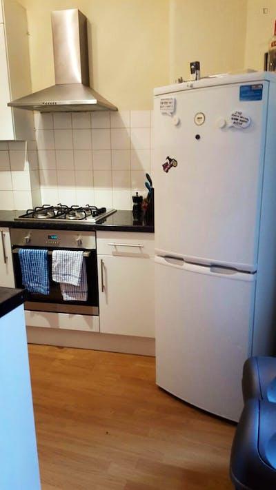 Twin bedroom in a 3-bedroom flat, in Hammersmith  - Gallery -  3