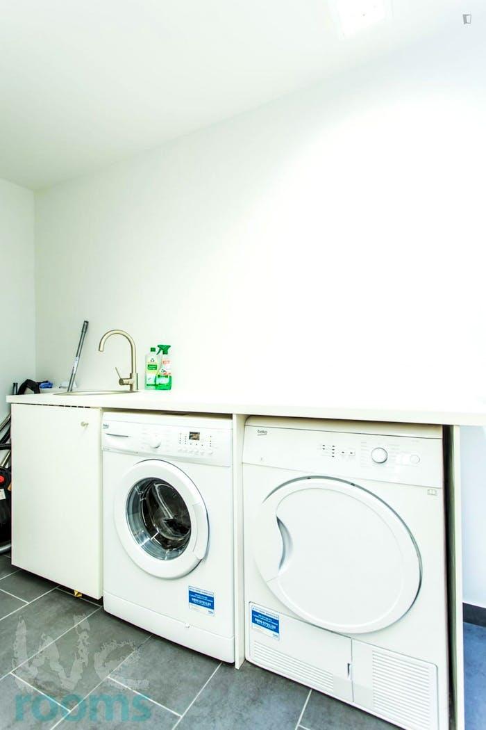 Wonderful double-bedroom in a 9-bedroom apartment in Frankfurt, Sachsenhausen, near an S-Bahn train station  - Gallery -  8