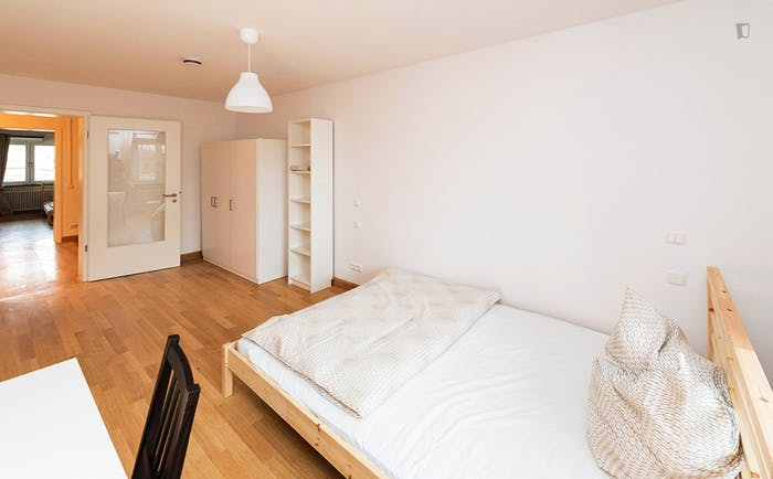 Welcoming double bedroom in a 3-bedroom flat, in Ludwigsvorstadt-Isarvorstadt  - Gallery -  2