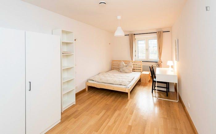 Welcoming double bedroom in a 3-bedroom flat, in Ludwigsvorstadt-Isarvorstadt  - Gallery -  1