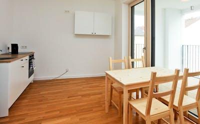 Very cool single bedroom within reach of Volkshochschule Frankfurt am Main  - Gallery -  3