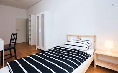 Very cool single bedroom within reach of Volkshochschule Frankfurt am Main  - Gallery -  2