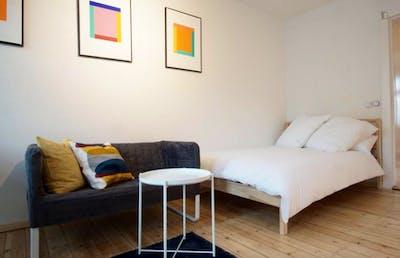 Stylish double bedroom in residential neighbourhood  - Gallery -  1